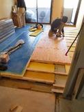 弊社の防音室の遮音床仕様を利用してお部屋全体の床をL-45仕様でつくりました。 この工法であれば通常のマンションでは使用できない無垢のフローリングも敷くことができます。