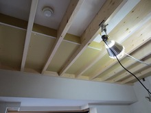 ダイニングの天井には格子をつけます。塗装を施してバリ島の雰囲気を出していきます。