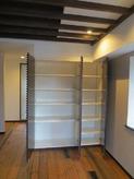 ダイニングの食器棚と玄関の収納棚は格子状の特注家具を作成しました。