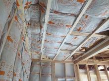 天井と壁にもぎっしりと断熱材を詰めます。 防音室の特徴である二重構造ができあがってきました。