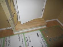 出入り口にはスッテプを設けました。 天井高確保のため廊下と防音室の床に段差が生じたためです。