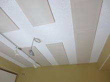 吸音天井は余分な反響を抑えてくれるので 長時間の練習にも疲れにくい空間になっています。