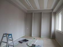天井には吸音パネルも取り付けられました。 あとは楽譜棚とクロスです。