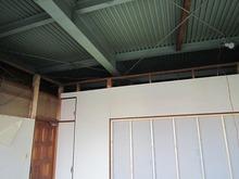 まずは解体作業です。 天井を取り壊しました。
