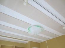 天井には吸音パネルを取り付けました。