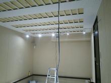 壁、天井もできあがってきました。 天井には吸音パネルを取り付けます。