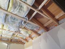 天井の躯体補強の様子です。 しっかり断熱材を詰めていきます。