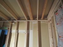 躯体補強後、防音室側の柱を立て 躯体とは触れないように防音壁を つくっていきます。