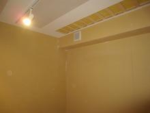 天井には吸音パネルを取り付け 完成間近です。