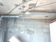 既存の天井・壁を解体しました。