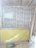 躯体の遮音補強後に新しい柱をたてて防音室の2重構造をつくっていきます。