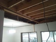 天井の解体作業です。 天井高を確保するため既設の天井は解体します。