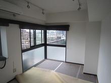 改修前のお部屋です。 大きな窓は小さい窓に変えます。