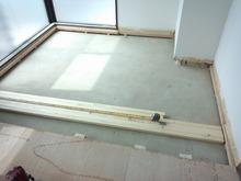 解体後、躯体の補強が始まります。 まずは床の遮音補強です。