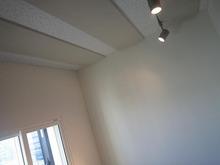 天井には吸音パネルが取り付けられています。