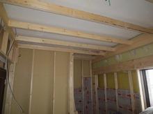 躯体の補強後、防音室側の壁をつくります。