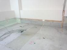 既存の床、壁、天井を解体しました。
