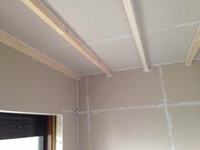 躯体の補強後、防音室側の柱を立てて第2遮音壁・天井をつくっていきます。