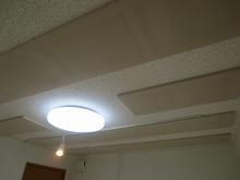 天井には吸音パネルを取り付けています。