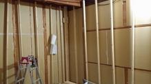 躯体の補強が終わり、防音室側の柱を立てていきます。