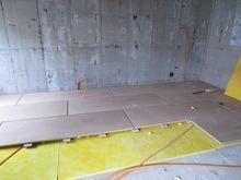 解体後、床の遮音補強です。 浮き床をつくっています。