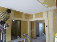 壁と天井ができあがり、クロスをはっています。
