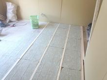 床の遮音補強です。 浮き床をつくっています。