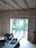 防音室側の柱を立てて防音室の特徴である2重構造をつくっていきます。