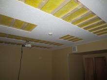 天井は吸音天井です。