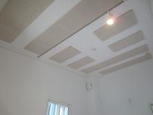 天井はもちろん吸音天井です。