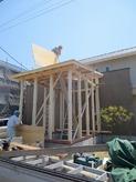 上棟!! 柱が立ち屋根をつくっています。