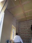 断熱材を詰めて遮音壁をつくっていきます。