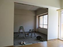 解体作業中です。 リビングからみたお部屋です。 ここに樹脂サッシの掃出し窓がはいります。