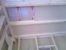 壁・天井ともに断熱材をぎっしり詰めていきます。