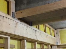 天井には大きな梁がありました。 この貼りを生かし、天井高をできる限り確保できるよう計画しています。