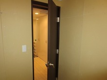お部屋側のドアです。 クロス施工前なので施工後はまた違った印象のお部屋になります。