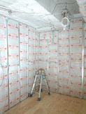 ぎっしりと断熱材をつめて壁をつくります。