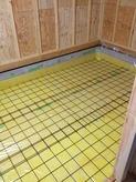 モルタルで下地をつくり床のコンクリートの準備です。