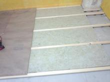 既存の床をはがし浮き床をつくっています。