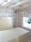 断熱材をぎっしり壁と天井に詰めていきます。