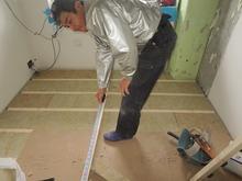 既存の床をはがして浮き床をつくっていきます。