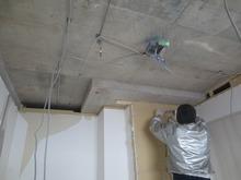 壁と天井の躯体補強中です。