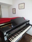 クロスも施工されピアノが入りました。