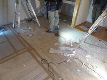 解体作業開始です。 畳をはがしました。