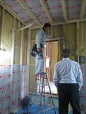 防音室側の柱をたてて断熱材をつめて 躯体と触れないようにお部屋をつくっていきます。