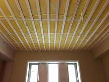 天井は吸音天井を計画しています。