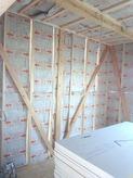 断熱材をぎっしり詰めて遮音壁・天井をつくっています。