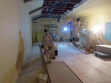 第1遮音壁ができあがり、浮き床をつくっています。