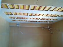 天井には吸音パネルをとりつけます。