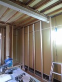 躯体の補強後に新しい柱をたてて防音室の2重構造をつくっていきます。